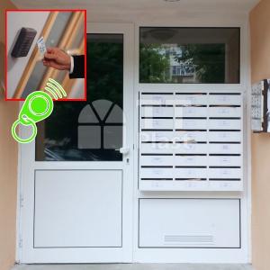 Промоция на врата за вход на жилищен блок с автомат за затваряне и контрол на достъпа с чип